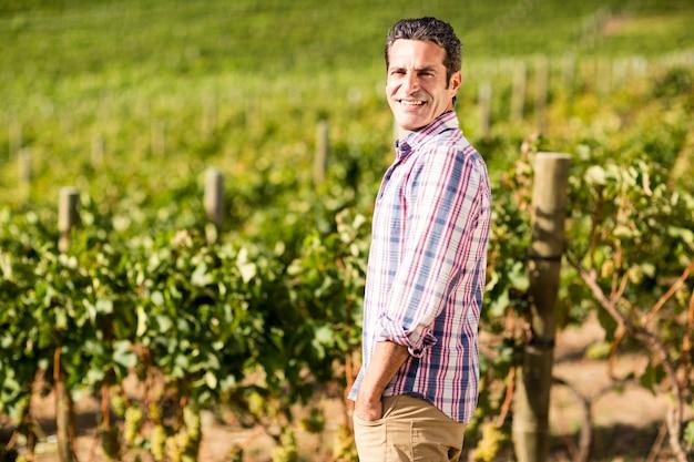 Het portret die van mannelijke wijnhandelaar bevinden zich met dient zakken in
