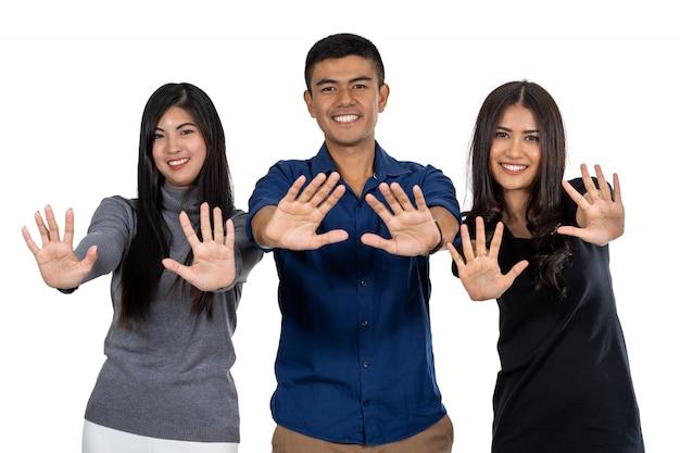 Het portret van aziatisch model drie met toevallige reeks met zegt enkel geen actie op witte achtergrond
