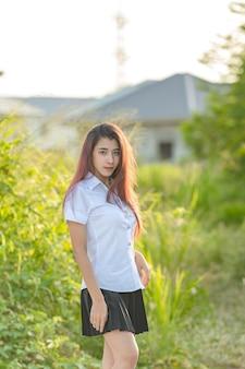 Het portret van aziatisch of thais studenten universitair mooi meisje ontspant en glimlacht