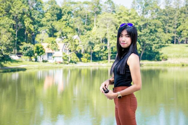 Het portret van aziatische vrouwen ontspant met groene aard