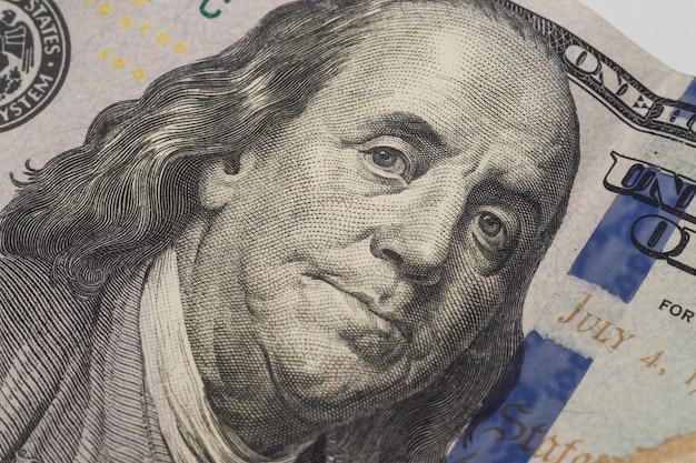 Het portret van benjamin franklin op een nieuw honderd dollar bankbiljet.