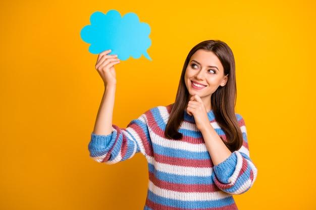 Het portret van de geïnteresseerde meisje houdt de blauwe toespraakdocument kaartbel denkt