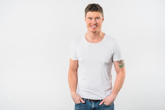 Het portret van de glimlachende jonge die mens met van hem dient zak in op witte achtergrond wordt geïsoleerd