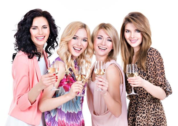 Het portret van de groeps jonge mooie vrouwen heeft partij en het drinken van wijn - die op wit wordt geïsoleerd