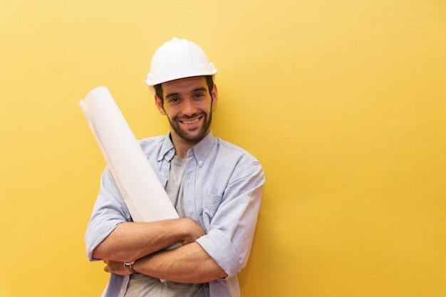 Het portret van de ingenieursmens op gele achtergrond.