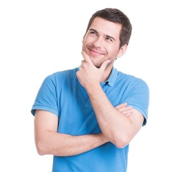 Het portret van de jonge glimlachende denkende mens wordt in casuals opgezocht.
