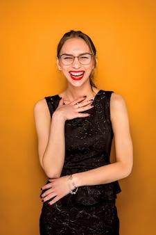 Het portret van de jonge vrouw met gelukkige emotie
