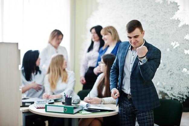 Het portret van de kaukasische mens in formele slijtage toont ja tegen bedrijfsmensen de groep bankmedewerkers heeft vergadering en werkt in modern bureau.