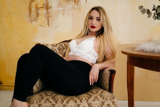 Het portret van de manier van een mooi blondemodel