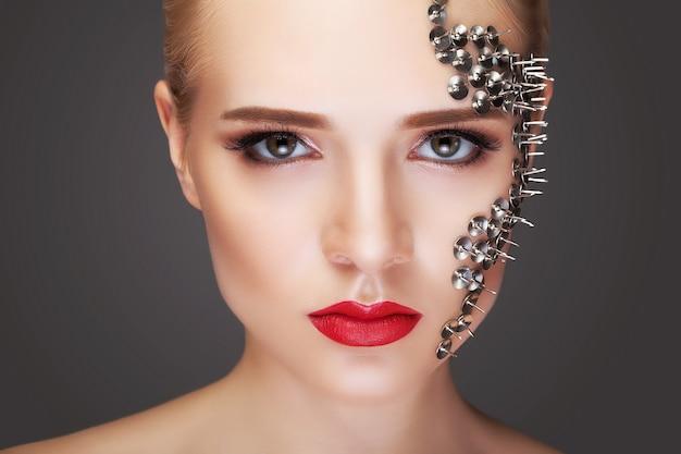 Het portret van de manier van een mooie vrouw met lange wimpers en doordringende ogen. het idee van een ongewone en originele make-up voor visagisten.