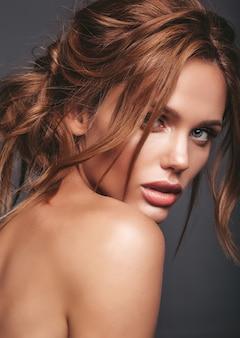 Het portret van de schoonheidsmanier van jong blond vrouwenmodel met natuurlijke make-up en het perfecte huid stellen