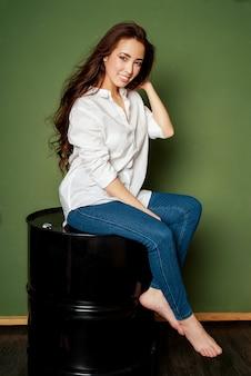 Het portret van de schoonheidsmanier van sensuele het glimlachen verraste aziatische jonge vrouw met donker lang haar in wit