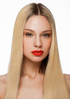 Het portret van de schoonheidsmannequin met glanzend blondekapsel met rode lippen op witte achtergrond