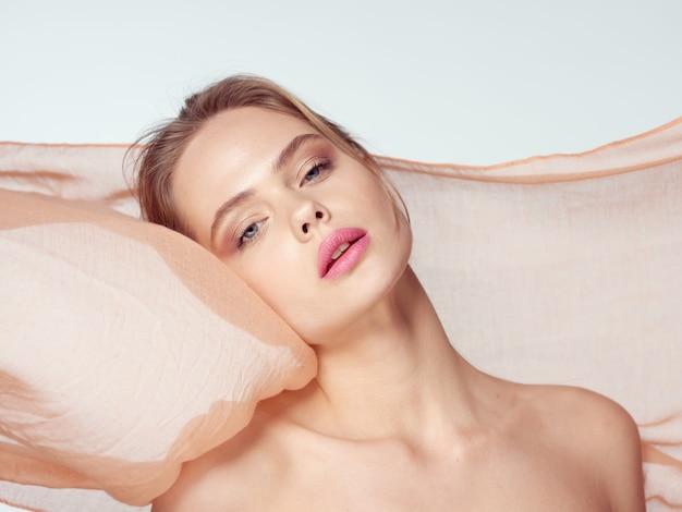 Het portret van de schoonheidsvrouw met mooi gezicht, scheur, close-up