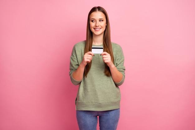 Het portret van de vrij charmante creditcard van de meisjesgreep kijkt copyspace