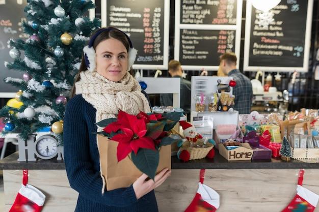 Het portret van de winter van vrouw met bloem van kerstmis de rode poinsettia