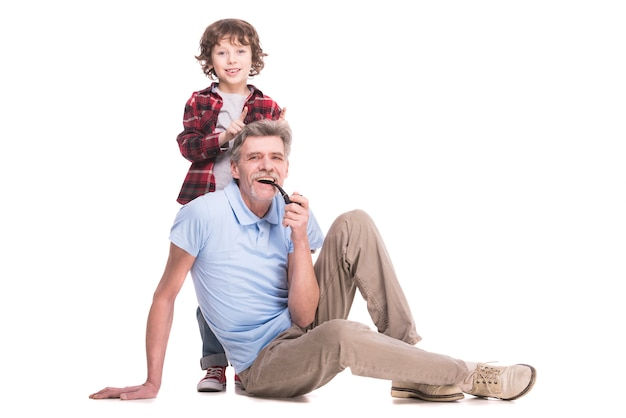 Het portret van een gezonde grootvader houdt pijp.