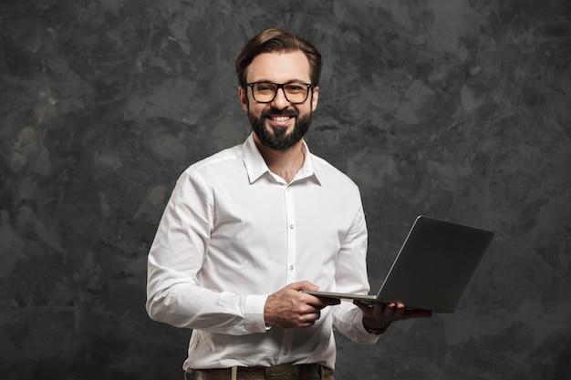 Het portret van een glimlachende jonge mens kleedde wit overhemd