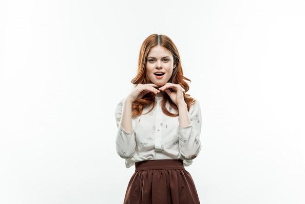Het portret van een jong meisje met krullend haar, bespot omhoog