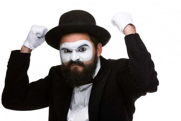 Het portret van een man met opgeheven vuisten in make-up bootst na