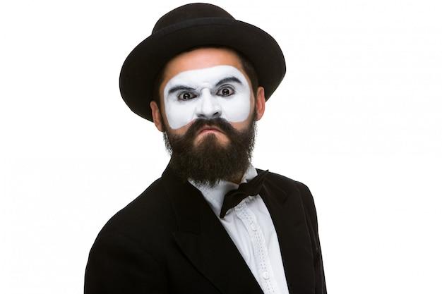 Het portret van een minachtende man in make-up bootst na