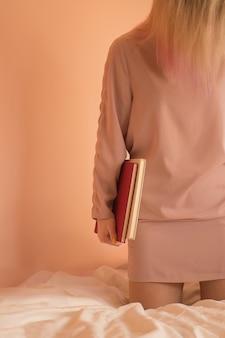 Het portret van een student houdt boek. meisje gekleed in vrijetijdskleding met boeken in haar handen