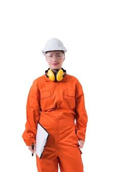 Het portret van een vrouwenarbeider in werktuigkundige jumpsuit houdt klembord en pen