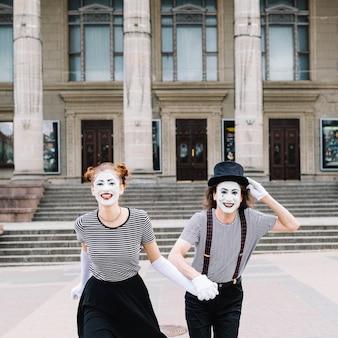 Het portret van gelukkig bootst paar na die voor trap lopen