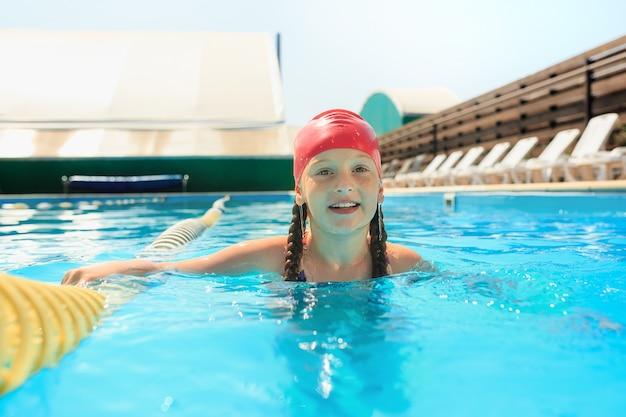 Het portret van gelukkig lachend mooie tiener meisje bij het zwembad
