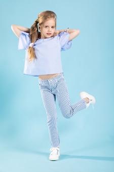 Het portret van gemiddelde lengte van een mooi meisje in blauwe kleren