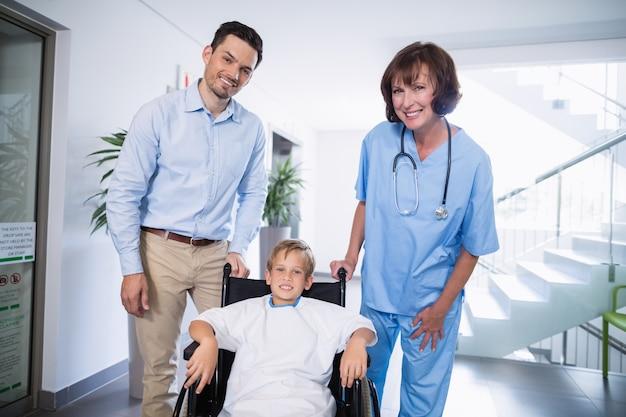 Het portret van glimlachende arts en maakt jongen onbruikbaar