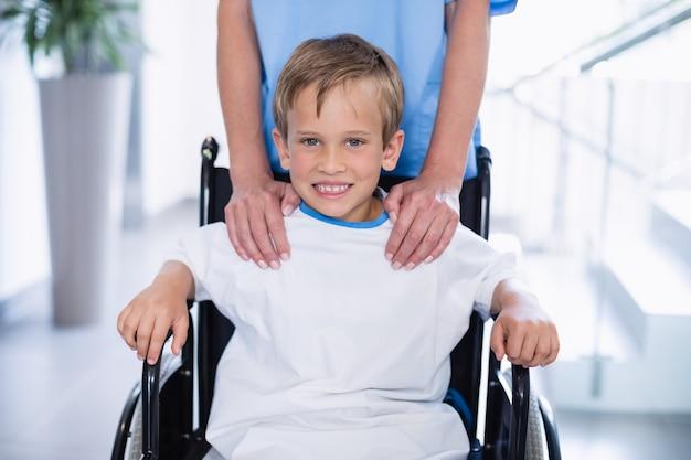 Het portret van het glimlachen maakt jongen in rolstoel onbruikbaar