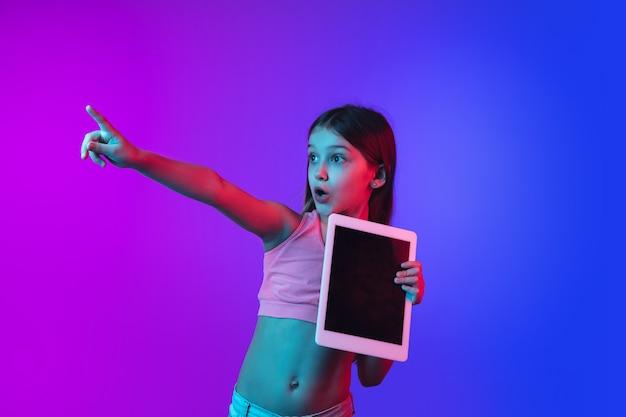 Het portret van het meisje dat op neonmuur wordt geïsoleerd