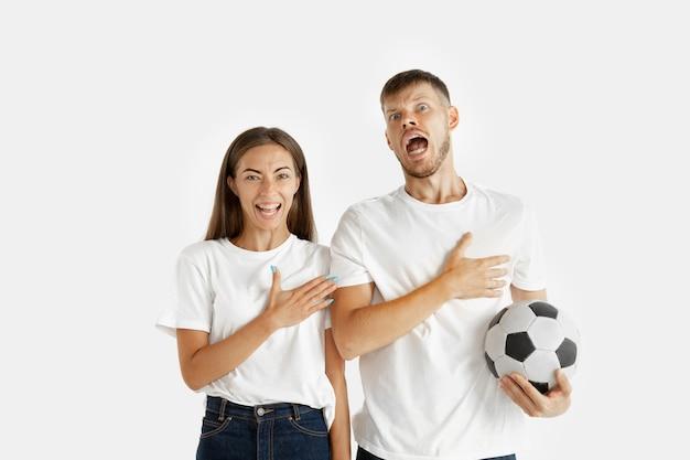 Het portret van het mooie jonge paar dat op wit wordt geïsoleerd