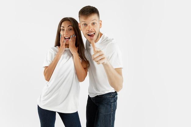Het portret van het mooie jonge paar op witte studio