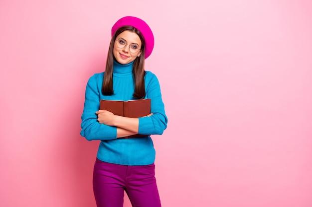 Het portret van het mooie mooie meisje van de boekminnaar omhelst haar favoriete leerboek van de verhaalpoëzie draagt blauwpaarse knappe kleren.