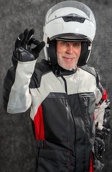 Het portret van hogere fietser met een witte helm maakt ok
