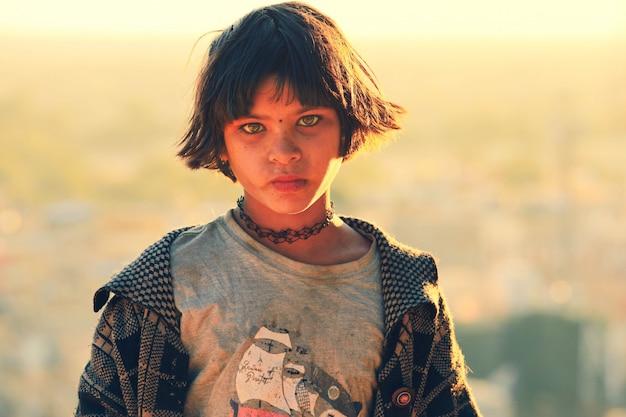 Het portret van jong meisje probeert souvinir op straat in rajasthan, india te verkopen