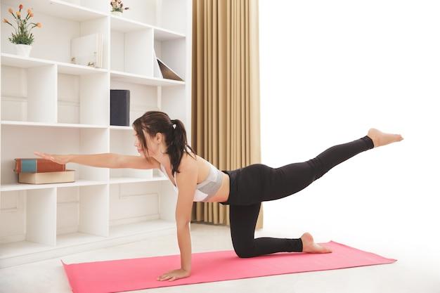 Het portret van jong sportief meisje doet yoga stelt