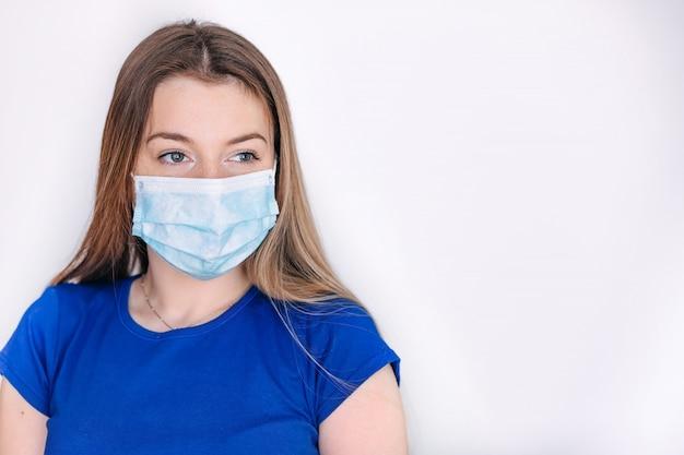 Het portret van jonge vrouw die een gezichtsmasker draagt, sluit omhoog.