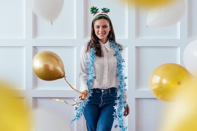 Het portret van jonge vrouw met ballon viert kerstmis of nieuwjaar