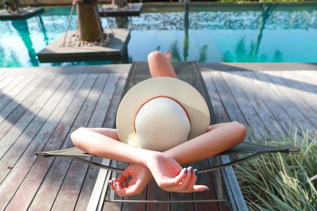 Het portret van mooie en sexy vrouw geniet van vakantievakantie in zwembad