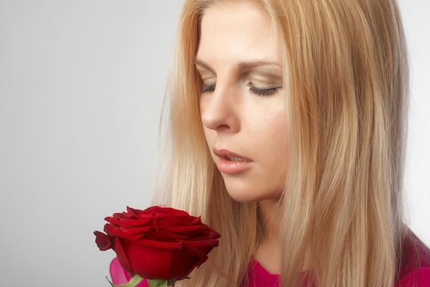 Het portret van mooie jonge vrouwen met rood nam toe