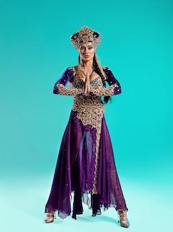 Het portret van mooie sexy stijlvolle brunette jonge vrouw met lichte make-up met gouden sieraden. cleopatra