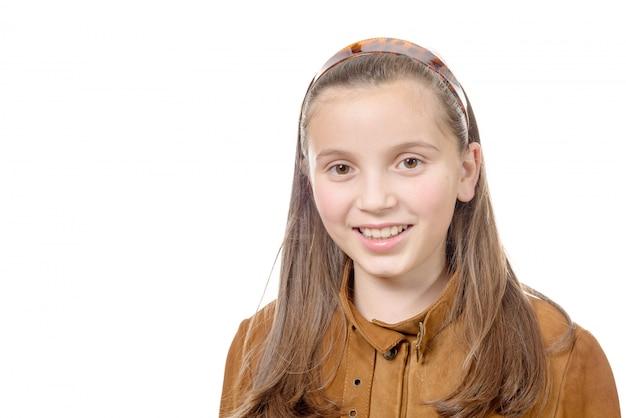 Het portret van preteen meisje op een witte achtergrond wordt geïsoleerd die