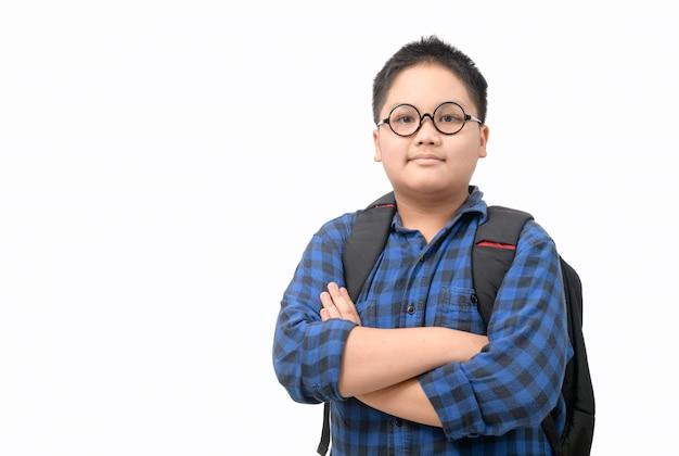 Het portret van slimme de studentenbril van de jongensstudent draagt en draagt geïsoleerde schooltas