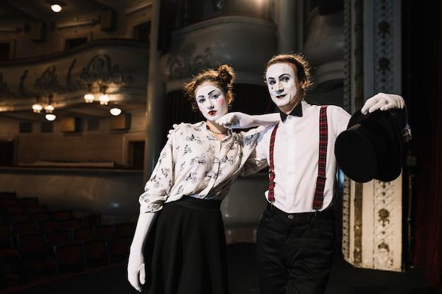 Het portret van twee bootst kunstenaar na die zich in het auditorium verenigt