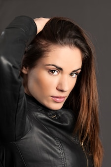 Het portret van vrouwenmodel met dient haar in