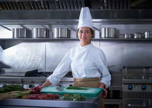Het portretkeuken van de chef-kokvrouw in restaurantkeuken