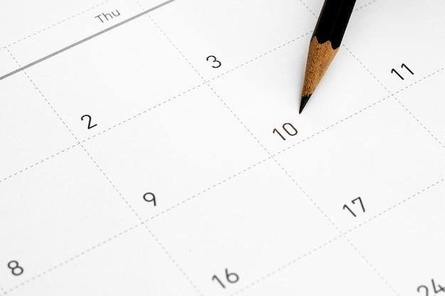 Het potlood wijst naar de 10 in de kalender.